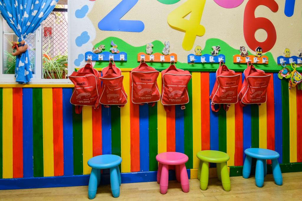 Las mochilas de la Escuela infantil Arco iris de Carabanchel, Madrid, tienen un color uniforme por cada aula